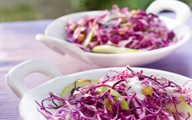 Foto da receita Salada de repolho roxo com maçã verde e uva passa pronta.