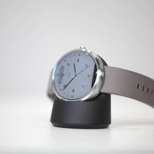 Relógio inteligente Moto 360 vem com base de carregamento sem fio