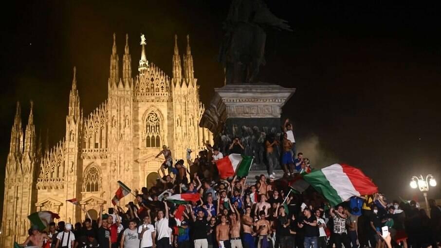 Torcedores comemoram título da Itália nas ruas
