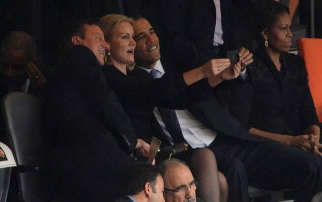 Obama tira selfie com premiês britânico e dinamarquesa durante cerimônia em homenagem a Mandela em Johanesburgo (10/12/2013)