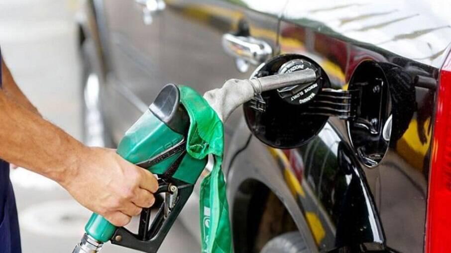 Gasolina já subiu 28% na bomba em 2021. Vai chegar a R$ 7 o litro?