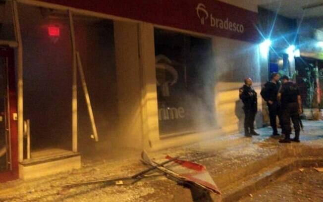 Imagens após o tiroteio mostram a destruição na agência bancária