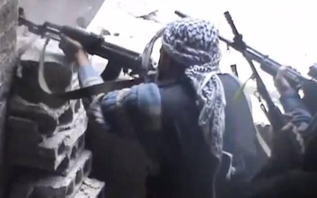 Reprodução de vídeo mostra militantes do Exército Livre da Síria durante combates em Damasco (25/03)