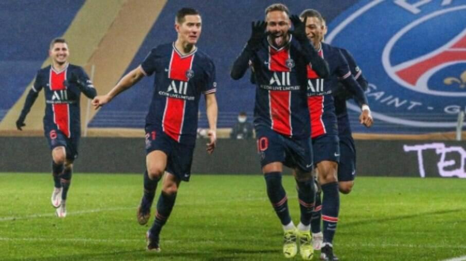 Neymar comemora após marcar de pênalti