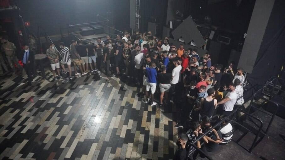 Polícia e Vigilância Sanitária flagraram festa clandestina em SP