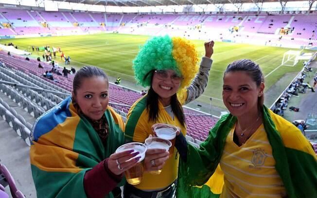 Belas torcedoras do Brasil brindam antes da  partida