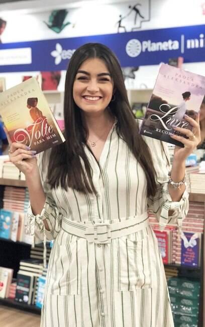 Paola Aleksandra revela que ficou uma semana sem dormir para entregar livro no prazo
