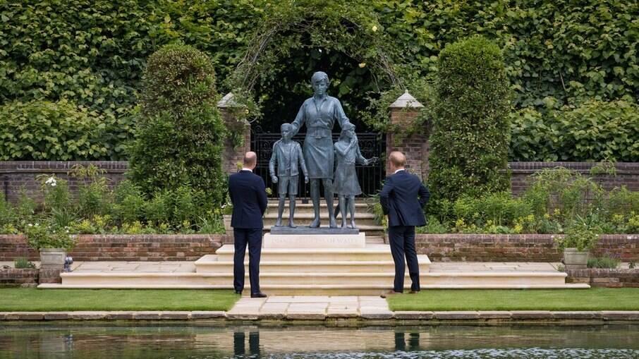 William e Harry se reuniram para inaugurar estátua em homenagem a mãe, princesa Diana