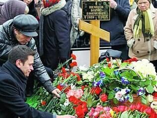 Ativista russo Ilya Yashin coloca flores sobre o túmulo de Nemtsov