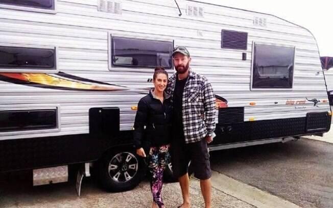 O casal viaja em uma caravana pela estrada e economiza muitos custos com comida, combustível e roupas