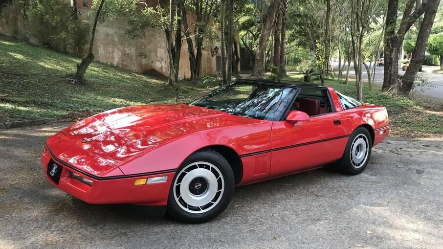 Chevrolet Corvette C4 conta com motor 350 V8 de 230 cv.