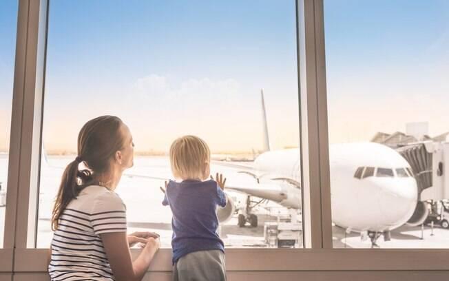 Uma mãe embarcou no avião e, após a aeronave decolar, percebeu que havia esquecido seu bebê no terminal de embarque