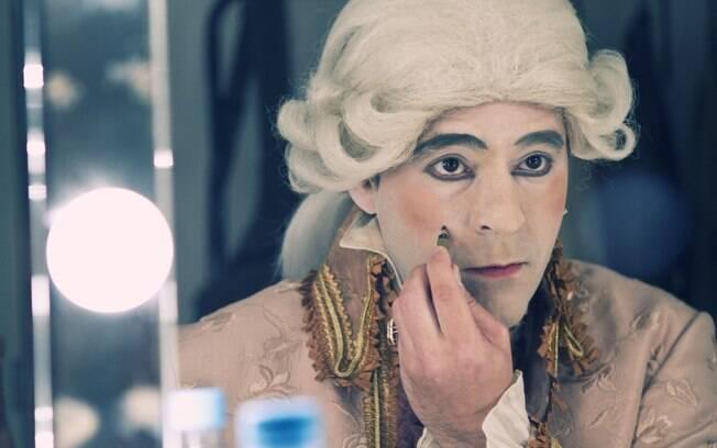 Bruno Garcia dá o toque final na pesada maquiagem