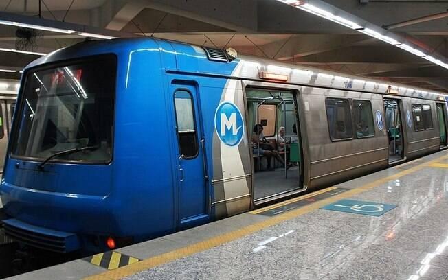 Mulher fica com o seio preso em porta do metrô do Rio de Janeiro