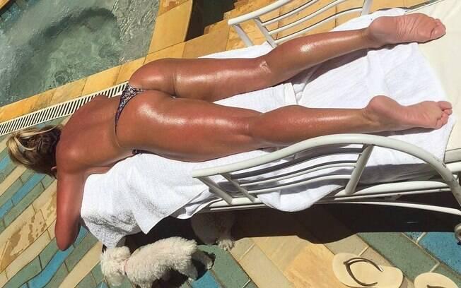 Christina Rocha posa de topless e exibe bronzeado