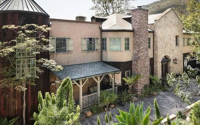 Mel Gibson adquiriu a mansão em 2008 por cerca de R$ 36 milhões e, hoje, ela está no mercado por R$ 54,7 milhões