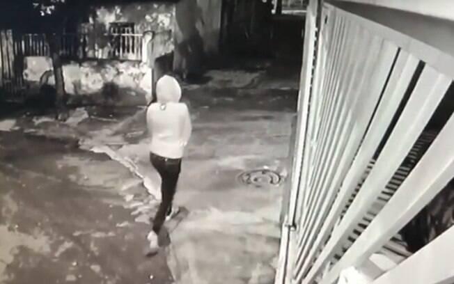 Câmera de segurança flagraram momento em que bebê é deixada em praça, no Distrito Federal
