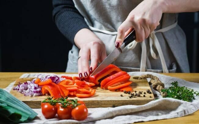 Variar nos cortes de legumes e verduras na hora de fazer a receita é uma forma de mudar a apresentação do prato