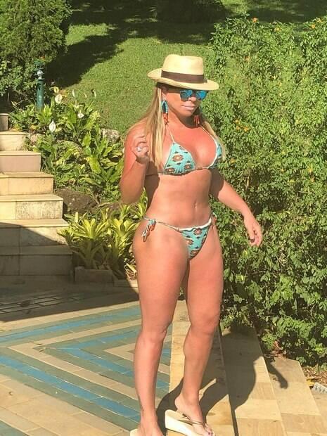 Aos 61 anos, Christina Rocha surpreende com foto de biquíni no Instagram
