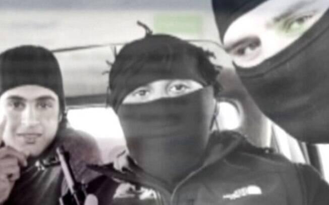 Imran Khawaja (centro) sempre aparecia mascarado nos vídeos