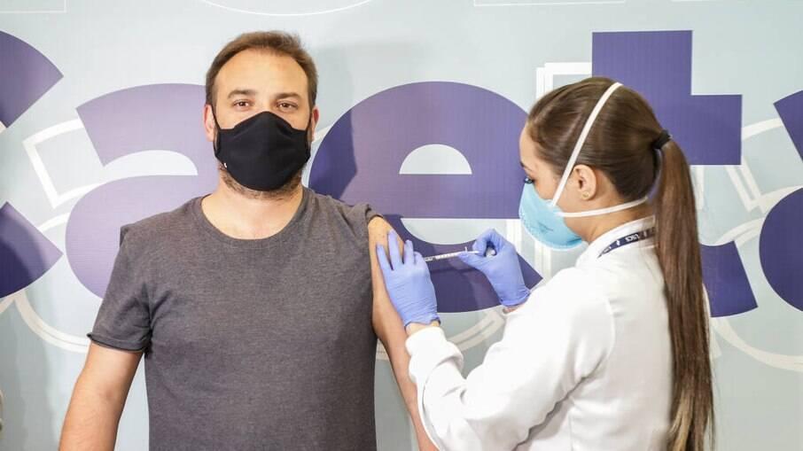São Caetano é a primeira cidade paulista a usar vacina da Janssen, nesta sexta (25). Bruno Turolla, 44 anos, morador do Bairro Santo Antônio, foi o primeiro a ser vacinado
