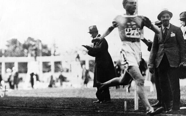 Finlandês Paavo Nurmi vence a prova dos 10.000m
