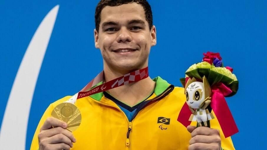 Gabriel Bandeira conquistou a medalha de ouro na natação