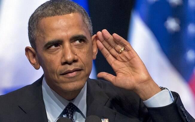 Presidente dos EUA, Barack Obama, olha para multidão enquanto tenta ouvir pessoa gritando durante seu discurso no Centro de Convenção Internacional em Jerusalém (21/3/2013)