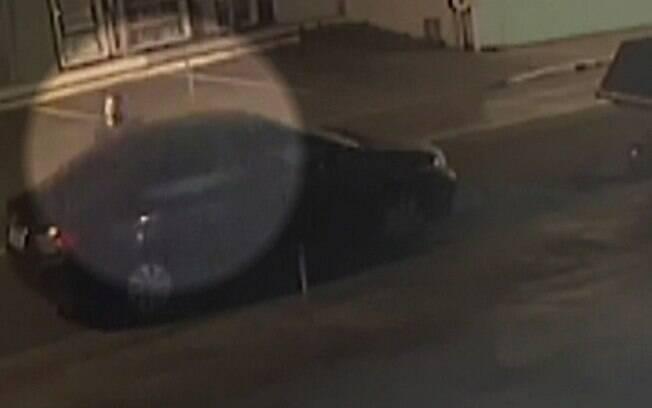 Câmeras flagraram motorista indo para banco de trás de veículo