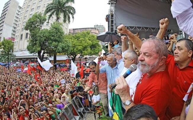 Sob chuva, ex-presidente Lula discursou para cerca de 12 mil pessoas no centro de Fortaleza