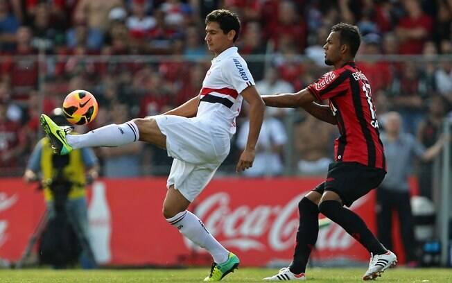 Bruno Silva e Ganso disputam bola no jogo entre Atlético-PR e São Paulo. Paranaenses venceram por 3 a 0 na 33ª rodada