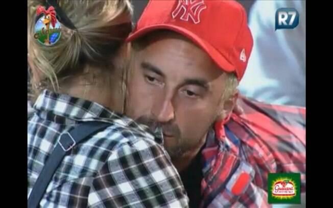 Gui e Anna se abraçam rapidamente