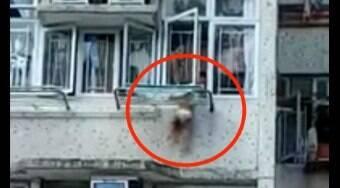 Criança fica pendurada em janela do 4º andar de apartamento