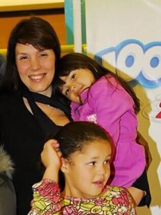 Simony com as filhas Pyetra, no colo, e Aysha, que está em Carrossel