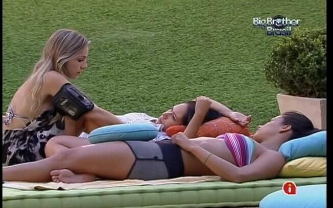 Meninas falam de namoro no futon