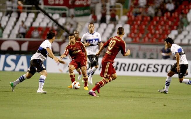 Jean toca para Thiago Neves em lance do primeiro tempo de Fluminense x Huachipato