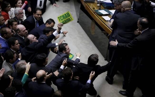 Deputados são contidos por companheiros no começo da sessão de votação do processo de impeachment. Foto: Ueslei Marcelino/Reuters