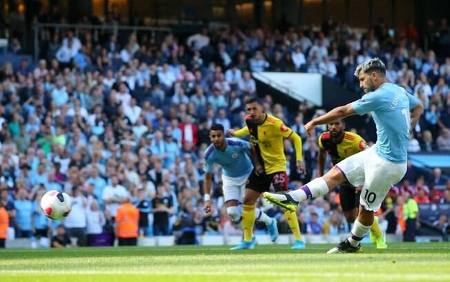 Aguero marca gol pelo Manchester City na goleada contra o Watford