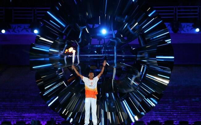 Joaquim Cruz carrega a tocha na cerimônia de  abertura dos Jogos Pan-Americanos de 2007, no Rio  de Janeiro