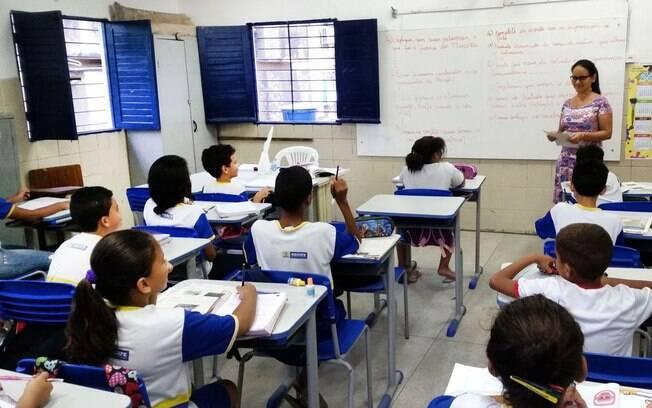 Crianças em sala de aula em escola