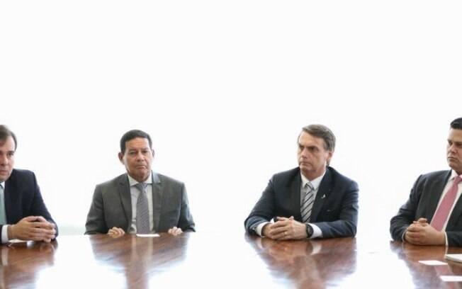 Bolsonaro se encontrou com ministros e chefes do Legislativo e Judiciário para dividir decisões sobre ajuda humanitária