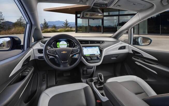 Compacto com ares de minivan, o Chevrolet Bolt tem um porta-malas com capacidade para 481 litros.