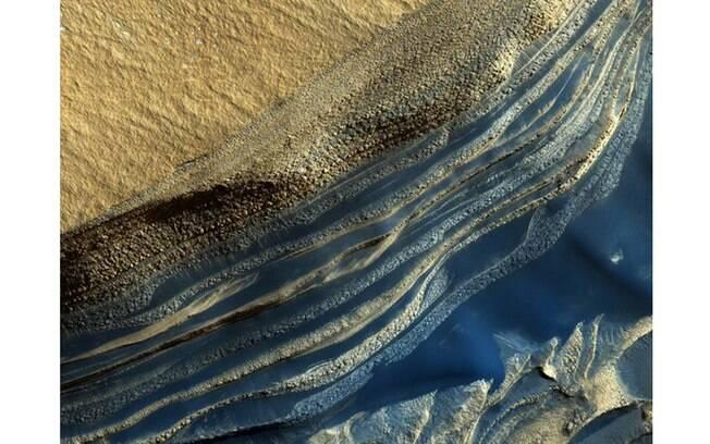 Foto mostra camadas de diferentes tonalidades. No entanto, se você estivesse em Marte, talvez enxergasse outras cores nesta paisagem