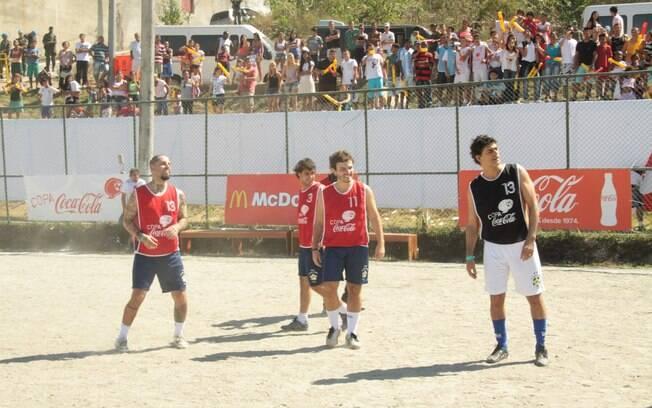Famosos participam de partida de futebol em favela carioca