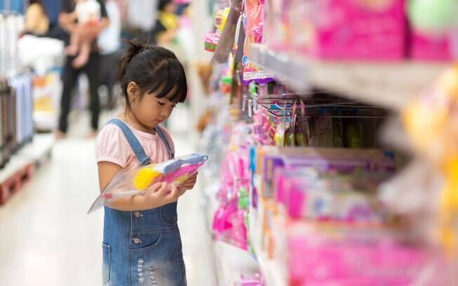 Dar exemplo e colocar limites são as principais dicas para evitar crianças consumistas