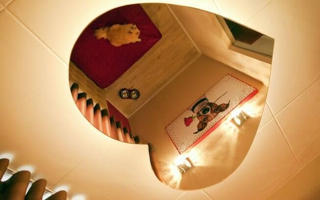Não falta nem o espelho de teto em formato de coração, muito menos o tradicional colchão vermelho