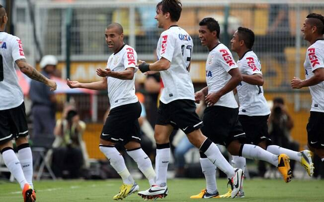 Jogadores do Corinthians comemoram o gol de  Emerson, o primeiro do clássico no Pacaembu
