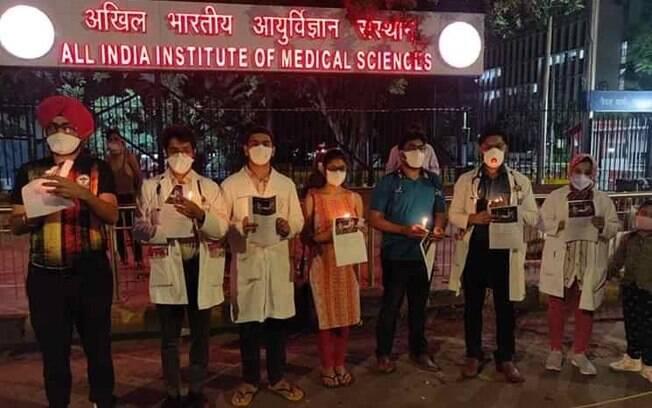 Na foto, homenagem aos profissionais de saúde na linha de frente da Covid-19, na Índia