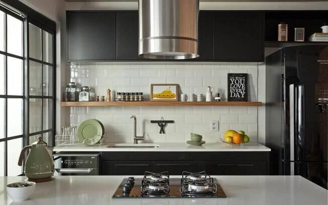 prateleira na cozinha