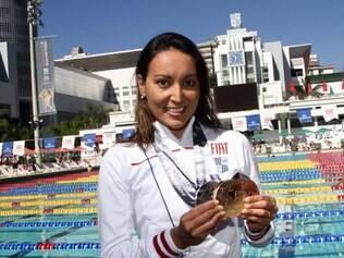 Poliana Okimoto mostra as medalhas conquistas em Barcelona